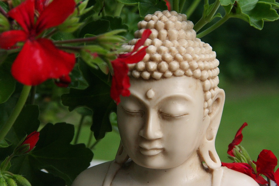 As atividades neste mundo de egoísmo não impedem o caminho espiritual? Como se iluminar sem ser um monge?